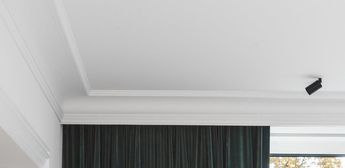 Потолочный плинтус карниз